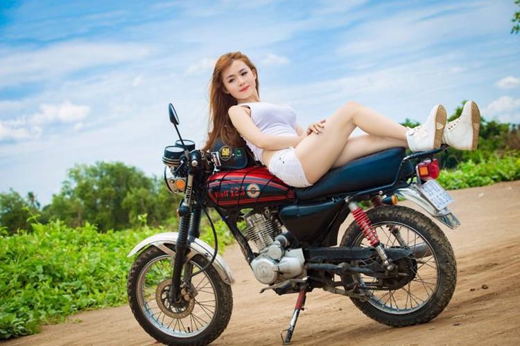 """Nguoi dep Viet do dang """"soi gia"""" SYM Wolf 125"""