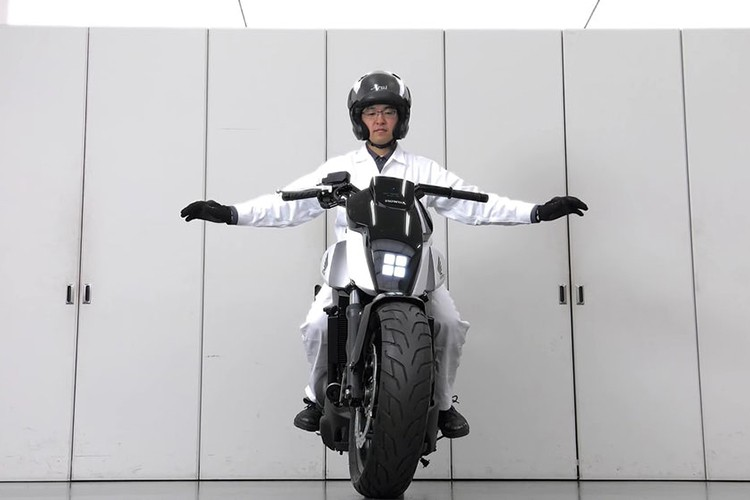 Honda ven man xe moto tu can bang Riding Assist-e