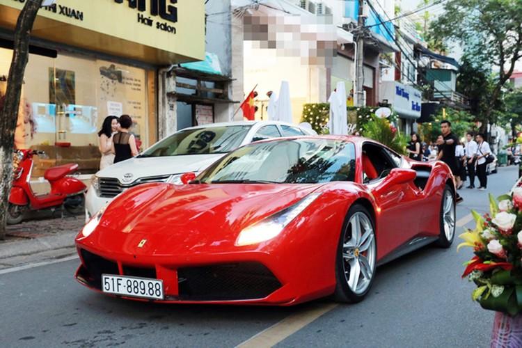 "Tuan Hung cuoi ""sieu ngua"" Ferrari tien ty tai Ha Noi"