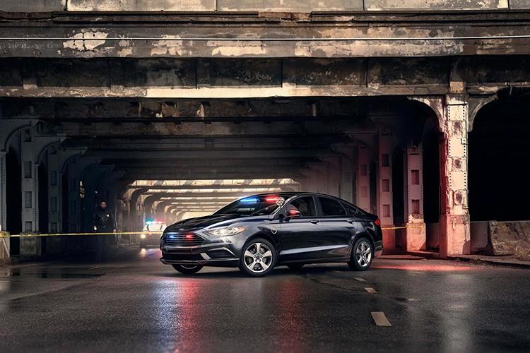 """Soi"" sedan Ford Plug-in Hybrid danh rieng cho canh sat"