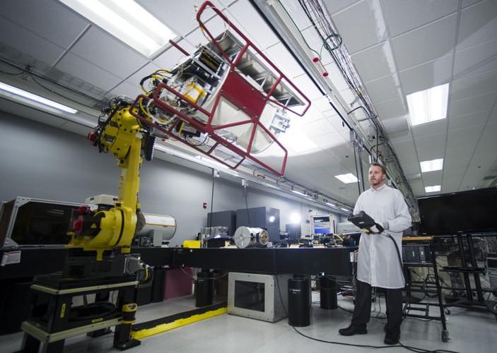 Tan muc qua trinh robot lam viec ben trong nha may-Hinh-12