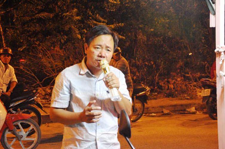 Cha cho 2 con trong long sat rong ruoi khap Sai Gon muu sinh-Hinh-2