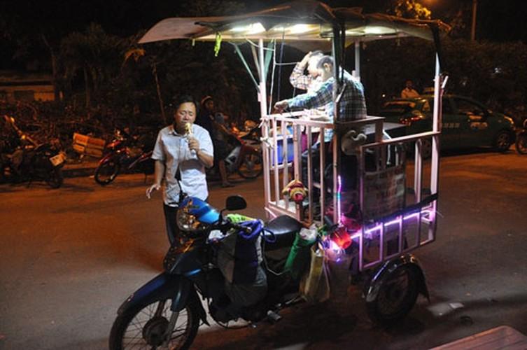Cha cho 2 con trong long sat rong ruoi khap Sai Gon muu sinh-Hinh-5