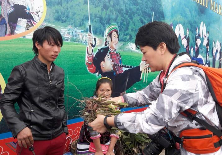 Ngam khu ban hoa lan doc dao o cho phien Bac Ha-Hinh-8