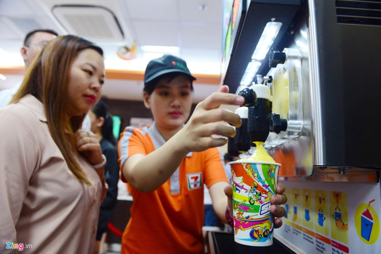 Xep hang dai mua banh mi, nuoc trai cay o 7-Eleven Sai Gon-Hinh-10