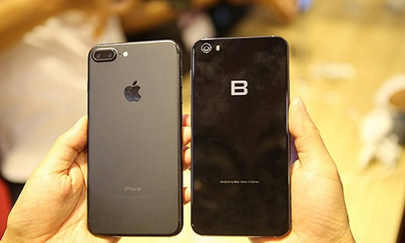 Anh: Bphone 2017 lep ve the nao khi dung canh iPhone 7 Plus?