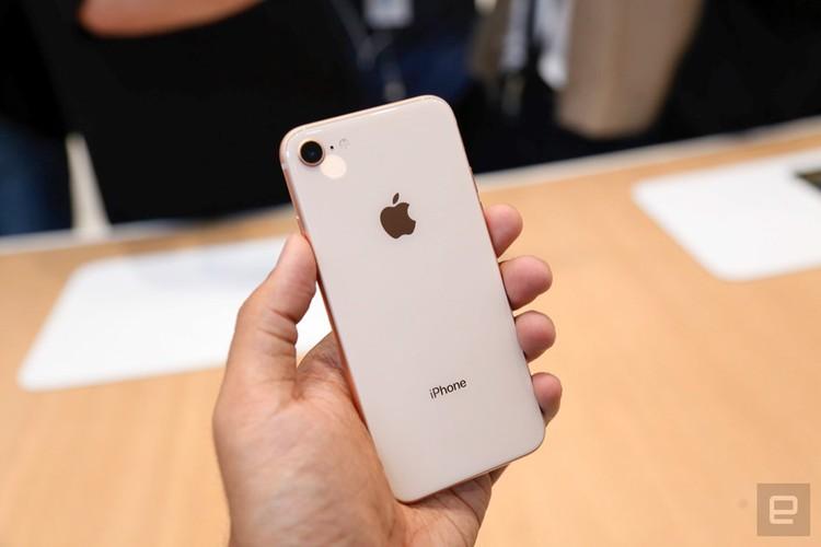 "Soi diem yeu khien iPhone 8/8 Plus vua ra mat da bi ""nem da""-Hinh-6"