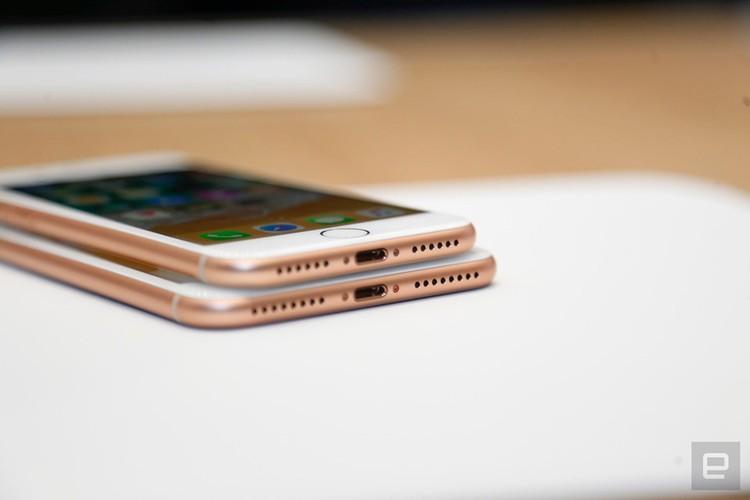 "Soi diem yeu khien iPhone 8/8 Plus vua ra mat da bi ""nem da""-Hinh-7"