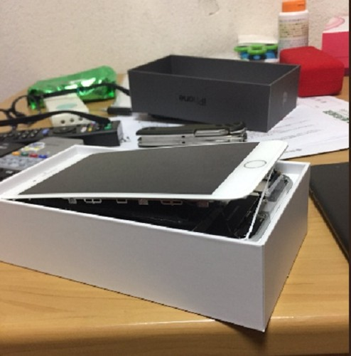 Anh nong iPhone 8 Plus bi tach doi, bung man hinh khi sac-Hinh-2