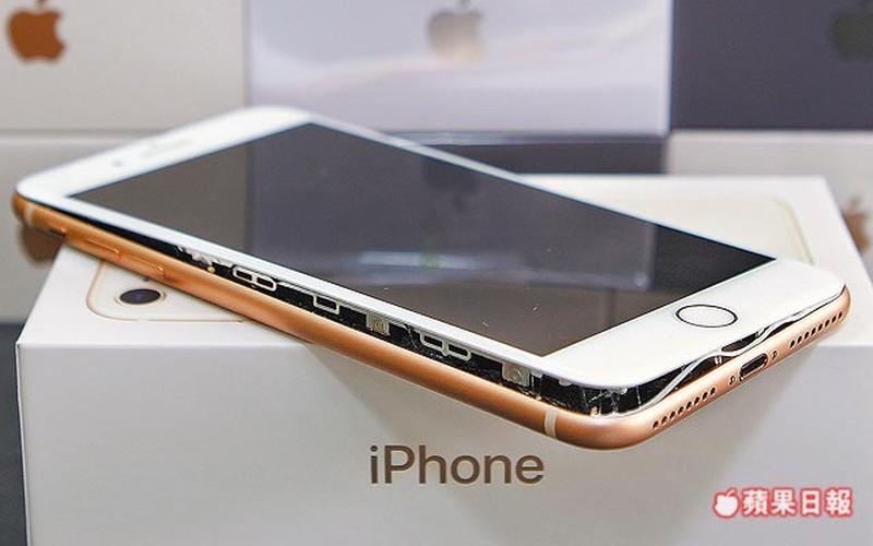 Anh nong iPhone 8 Plus bi tach doi, bung man hinh khi sac-Hinh-9
