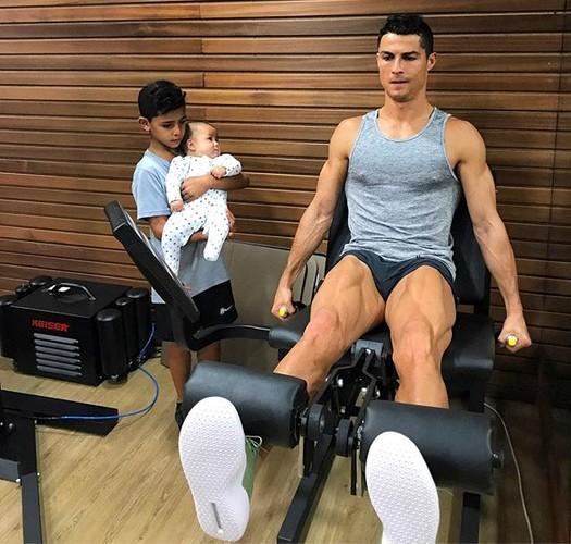 Cha con Ronaldo cung khoe hinh the o quang cao moi-Hinh-4