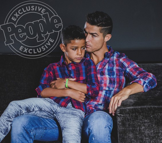 Cha con Ronaldo cung khoe hinh the o quang cao moi-Hinh-5