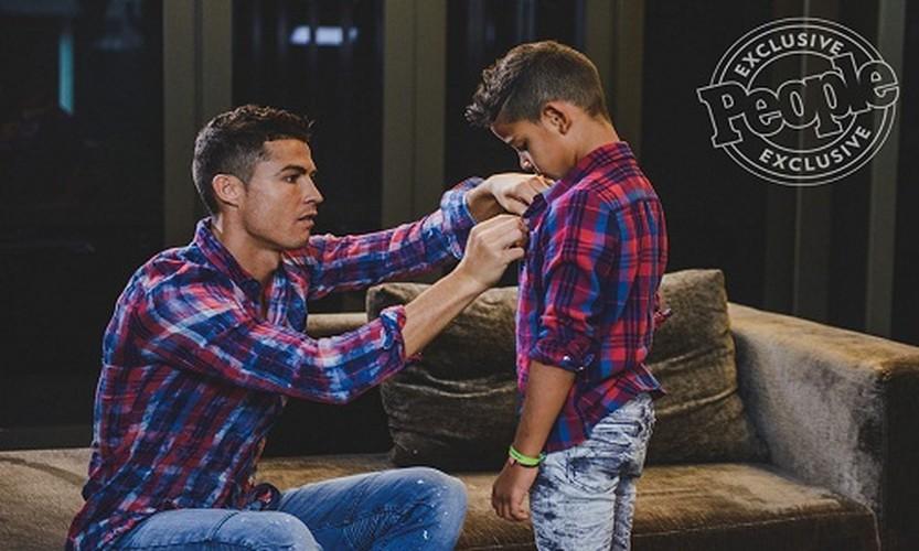Cha con Ronaldo cung khoe hinh the o quang cao moi-Hinh-6