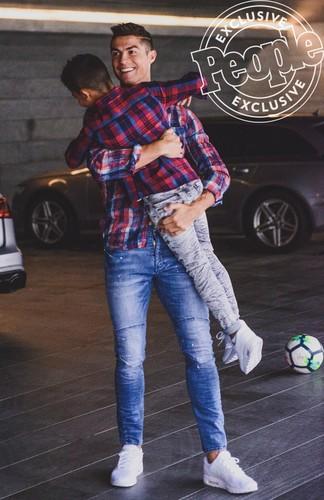 Cha con Ronaldo cung khoe hinh the o quang cao moi-Hinh-7