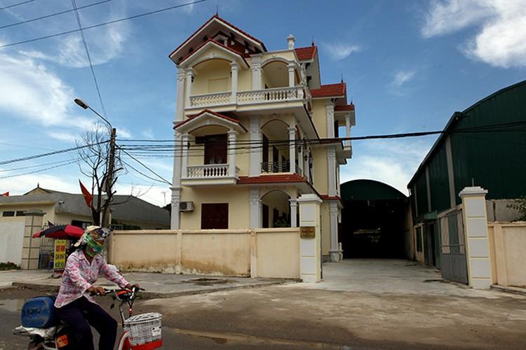 Rất nhiều ngôi nhà to như những lâu đài nguy nga khiến làng Mẹo còn được gọi là làng biệt thự. Ảnh: Dân Việt