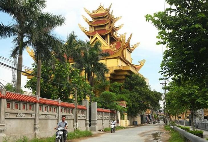 Ngày nay, người làng Mẹo chuyển sang kinh doanh nhiều mặt hàng khác chẳng liên quan đến dệt. Ảnh: Dân Việt