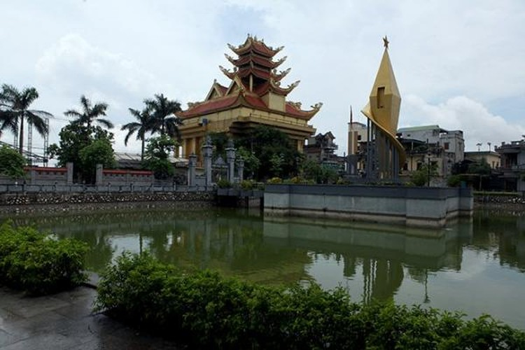 Ngoài biệt thự bề thế, làng Mẹo còn có không ít lăng mộ với kiến trúc tinh xảo. Ảnh: Dân Việt.