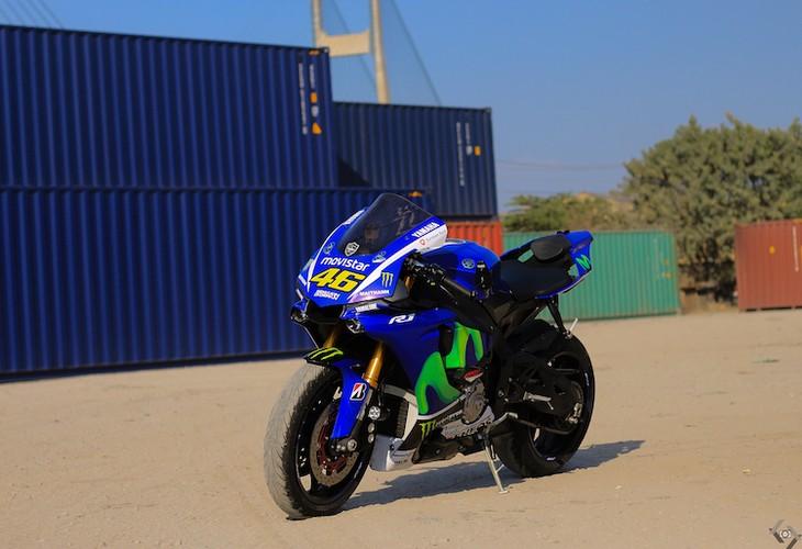 """Nguoi dep Viet """"nai cung"""" sieu moto Yamaha R1"""