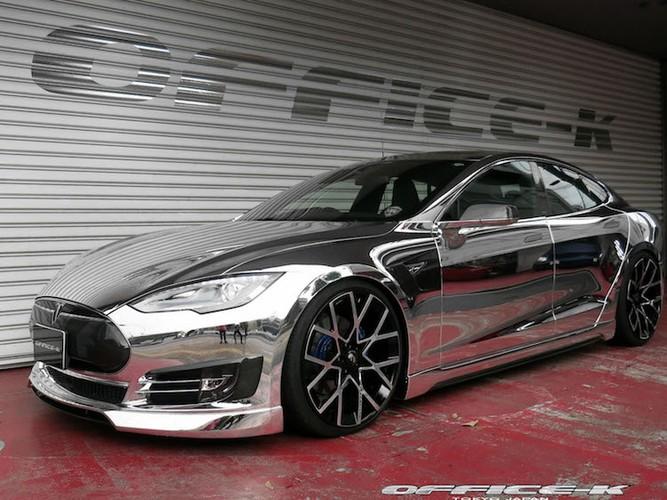 Can canh sieu xe xanh Tesla Model S do chrome tu Nhat