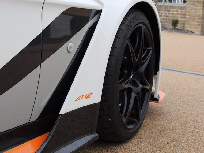 "Aston Martin Vantage GT12 ""doi cu"" dat gap doi xe moi-Hinh-3"