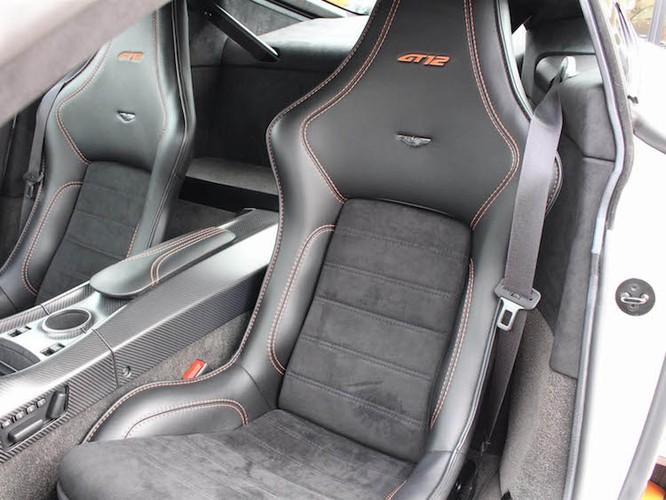 "Aston Martin Vantage GT12 ""doi cu"" dat gap doi xe moi-Hinh-6"