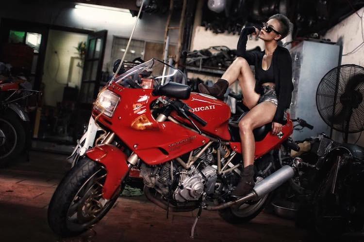 """""""Nu quai"""" Viet sieu ngau ben moto Ducati Supersport 900"""