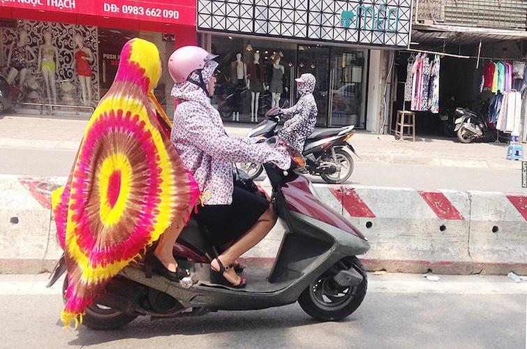 "Nguoi Ha Noi cuoi xe may chong nang 40 do nhu ""Ninja"""