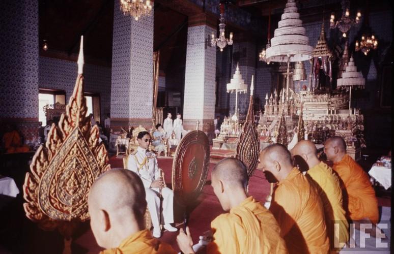 Anh hiem: Quoc vuong Thai Lan thoi tre tren tap chi Life (2)-Hinh-10