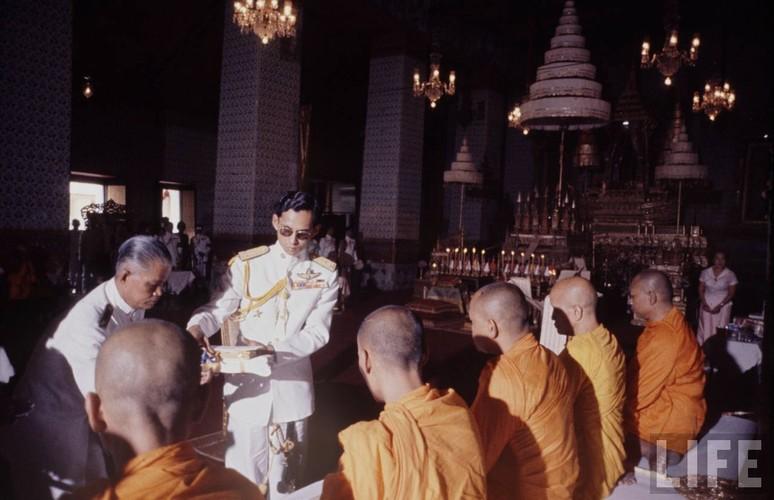 Anh hiem: Quoc vuong Thai Lan thoi tre tren tap chi Life (2)-Hinh-11