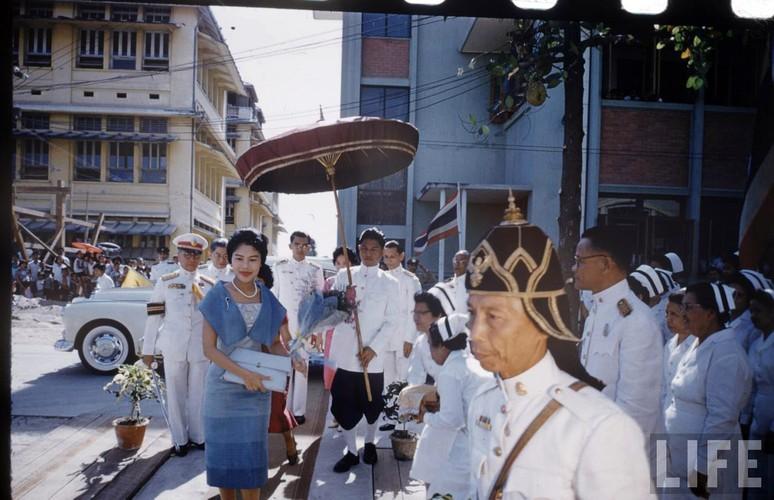 Anh hiem: Quoc vuong Thai Lan thoi tre tren tap chi Life (2)-Hinh-3
