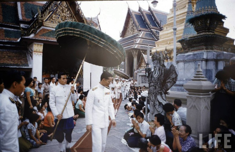 Anh hiem: Quoc vuong Thai Lan thoi tre tren tap chi Life (2)-Hinh-5
