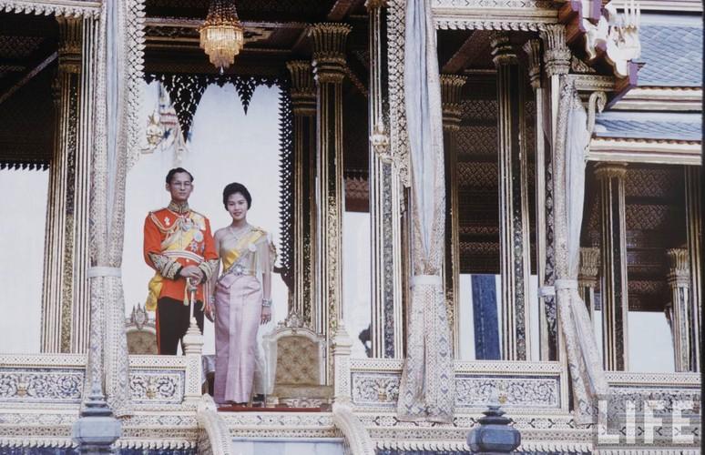 Anh hiem: Quoc vuong Thai Lan thoi tre tren tap chi Life (2)