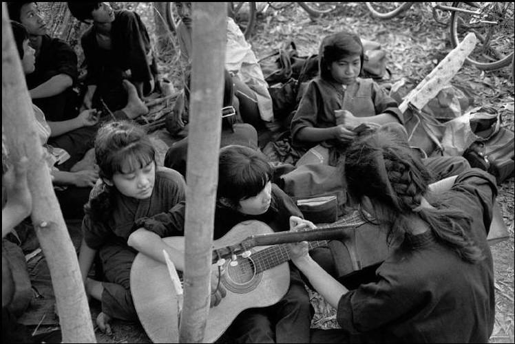 Anh kho quen ve Sai Gon nam 1990 cua John Vink (2)-Hinh-23