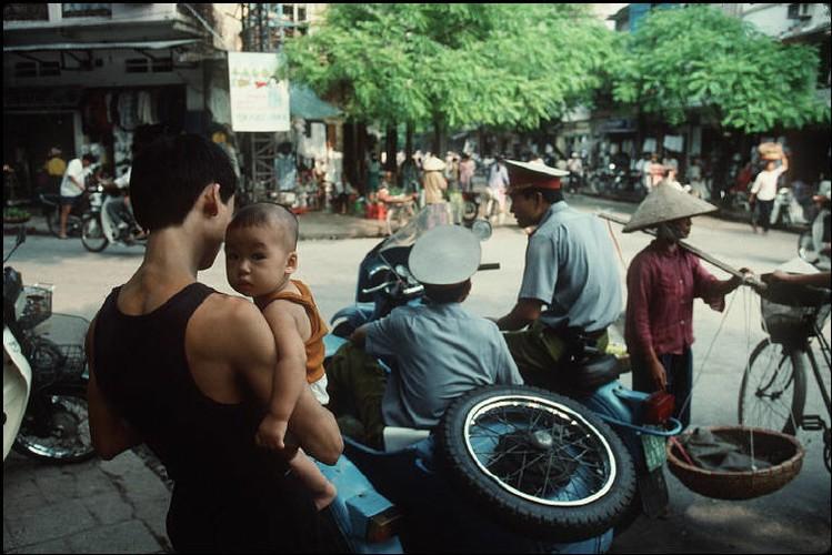 Anh cuc chat ve Ha Noi nam 1994-1995 cua Bruno Barbey (2)-Hinh-6