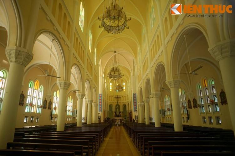 .Không gian bên trong thánh đường nhà thờ được chống đỡ bằng hai hàng cột đúc ximăng cốt thép.