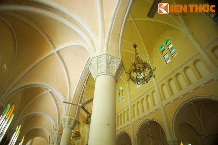 Các vòm trần cao, uốn cong tạo nên vẻ đẹp thanh thoát cho thánh đường