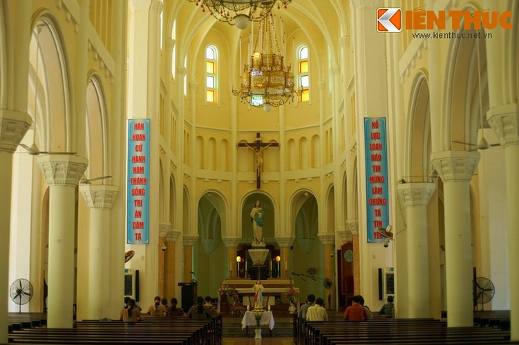 Cung thánh có bàn thờ là một khối hồng thạch có hình dáng hòm bia thánh, phía trên có trụ đá đặt tượng Đức Mẹ hồn xác lên trời. Sau cung thánh có 5 bàn thờ phụ