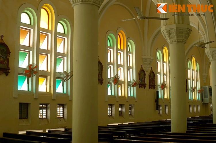 .Không gian trong thánh đường khá thoáng đãng, sáng sủa với nhiều ô cửa sổ gắn kính màu