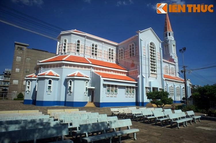 Về tổng thể kiến trúc, nhà thờ Chính tòa Quy Nhơn được xây dựng theo bố cục hình thánh giá, dài 57,5 mét, rộng 22,6 mét