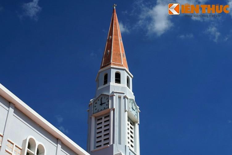 Bốn mặt tháp chuông có bốn chiếc đồng hồ, được lắp năm 1992. Điểm đặc biệt là bên cạnh tiếng chuông, đồng hồ có phát bài nhạc thánh ca Ave Ave Ave Maria mỗi khi điểm giờ