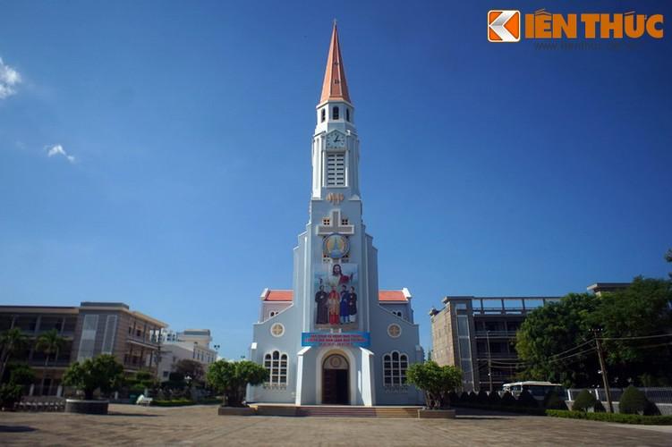 .Điểm đặc biệt là nhà thờ có một tháp chuông cao 47,2 với hình dáng hơi giống với đầu của một chiếc bút chì. Đây là lý do người dân địa phương gọi là nhà thờ nhọn.