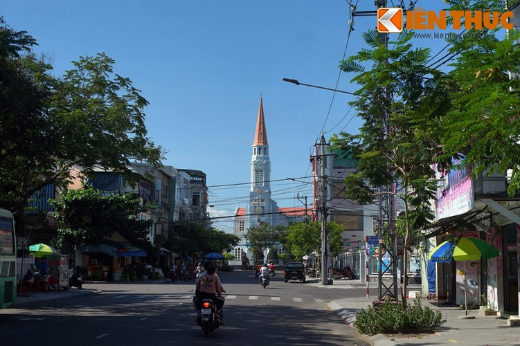 Nằm ở số 122 Trần Hưng Đạo, Nhà thờ chính tòa Qui Nhơn hay có tên nhà thờ Nhọn là công trình kiến trúc độc đáo