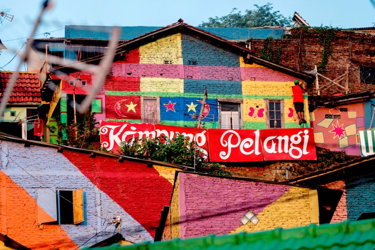 Ngoi lang cau vong tu khu o chuot o Indonesia