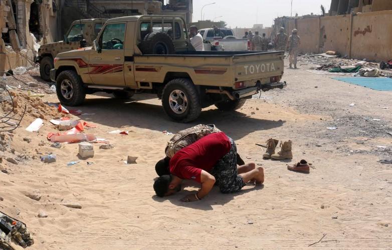 Nong hoi chien truong danh phien quan IS o Libya-Hinh-7