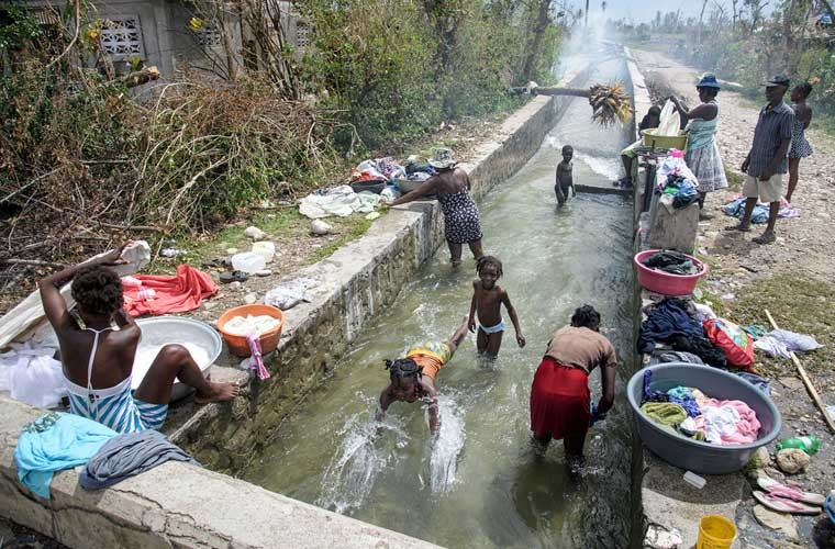 Khung hoang nhan dao o Haiti sau sieu bao Matthew-Hinh-16