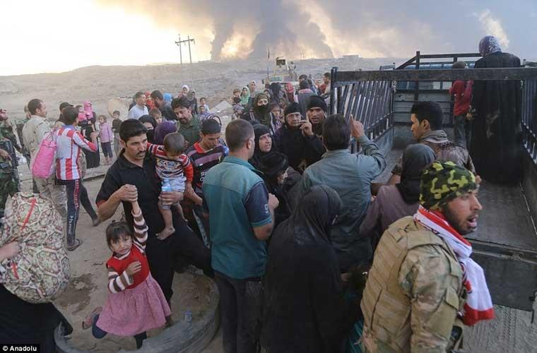 Chum anh IS dot cac gieng dau o Mosul de tu thu-Hinh-8