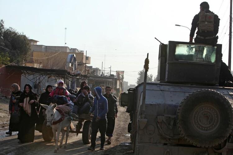 Canh thuong dan Iraq chay khoi chien truong Mosul-Hinh-14