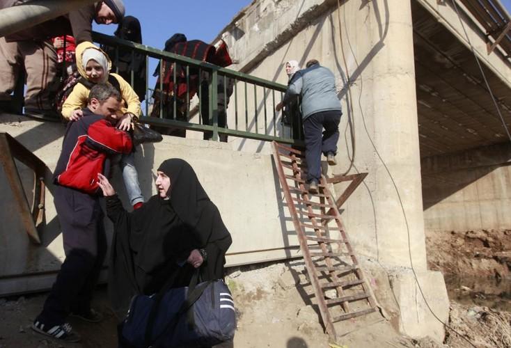 Canh thuong dan Iraq chay khoi chien truong Mosul-Hinh-4