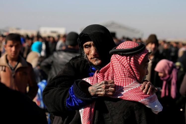 Canh thuong dan Iraq chay khoi chien truong Mosul-Hinh-6