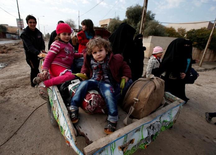Canh thuong dan Iraq chay khoi chien truong Mosul-Hinh-7